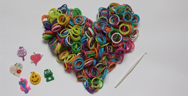 Free Shipping!  1200 Loom Bands and 12 charms!